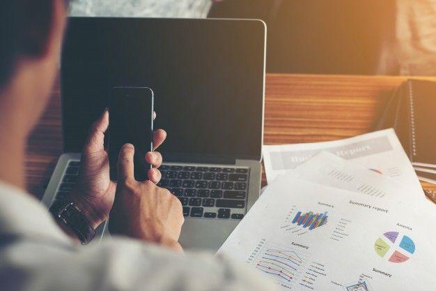 klient porównuje na telefonie wszystkie szybkie pożyczki pozabankowe online