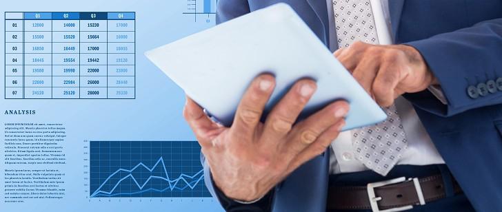mężczyzna przegląda pożyczki bez zdolności kredytowej na tablecie